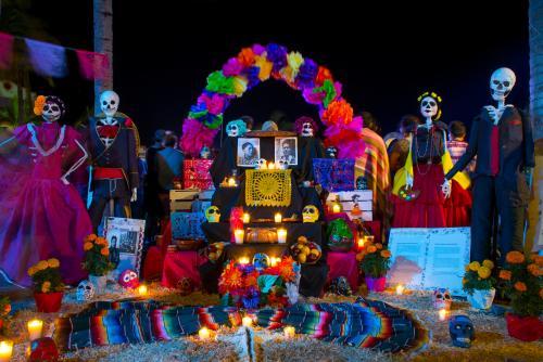 メキシコ中でカラフルな祭壇等により盛り上がるイベント『死者の日』(イメージ)