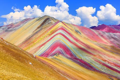 虹色に染まる奇跡の山!絶景レインボーマウンテン(イメージ)