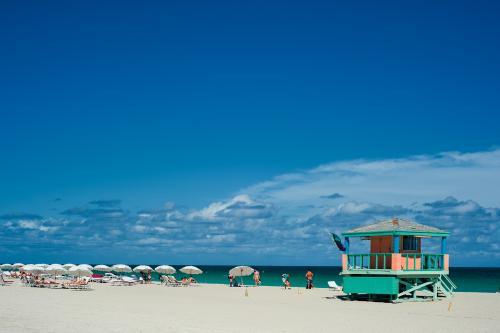 マイアミビーチの真っ白な砂浜と青い空