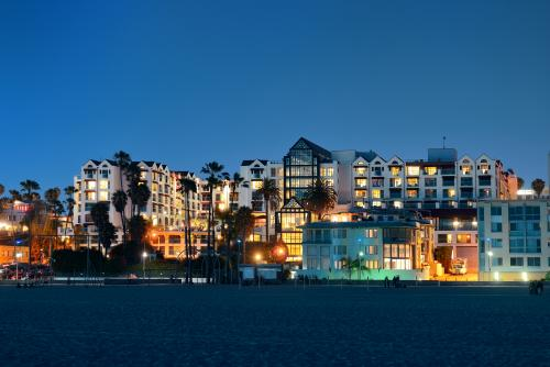 お洒落な建物が並ぶロサンゼルスの夜景