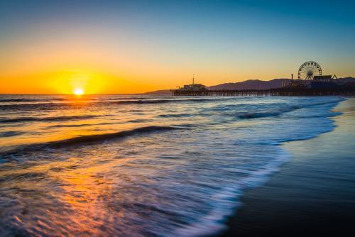 サンタモニカのビーチから見る夕日