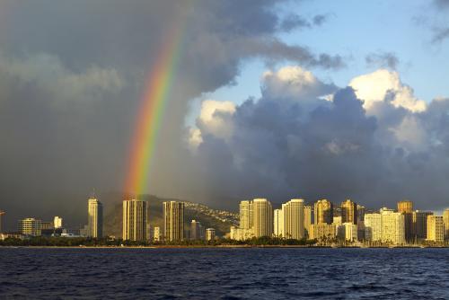 オアフ島の空に伸びる虹