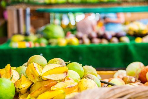 市場で売られる新鮮なパッションフルーツ(オアフ島)