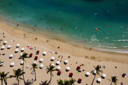 ワイキキビーチを思い思いに楽しむ人たち