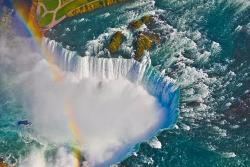 虹がかかるナイアガラの滝