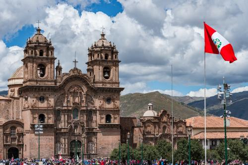 ペルー国旗とアルマス広場