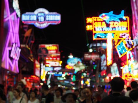 パタヤ:夜のウォーキングストリートは観光客で賑やかに