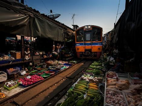 メークロン市場/線路上で商売している世にも珍しい折りたたみ市場