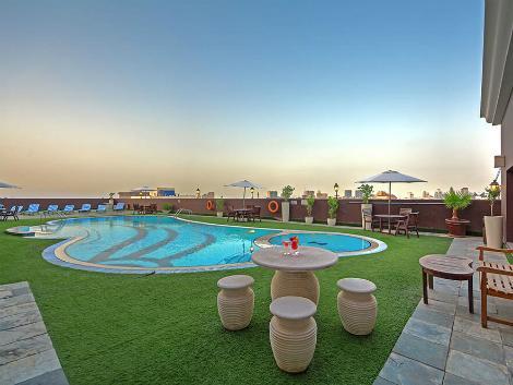 ドバイ:ロイヤル アスコット ホテル プール