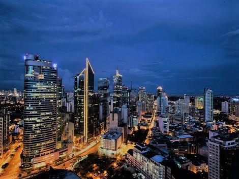 マカティの高層ビル群 Photo by Donald Tapan