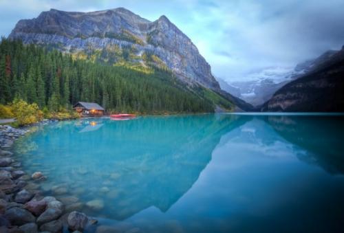 美しいレイクルイーズの湖