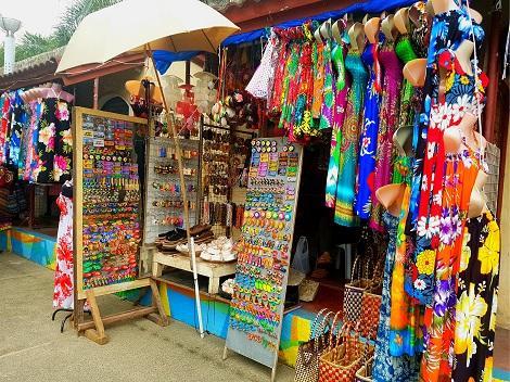 セブ:カラフルな雑貨が並ぶお土産屋さん