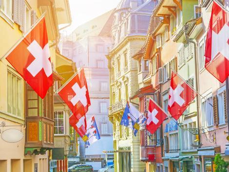 ◇チューリッヒ:国旗が並ぶ街並み