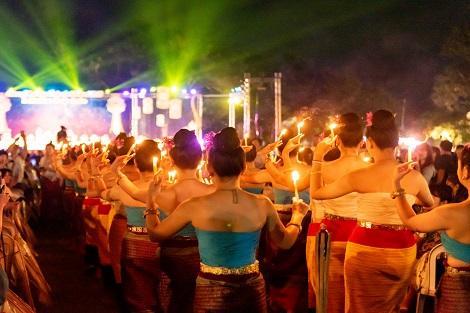 2019年コムローイ祭り 盛り上がるダンサーのステージ