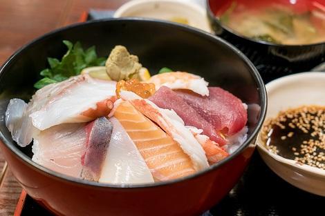 函館:朝市 人気は海鮮丼!